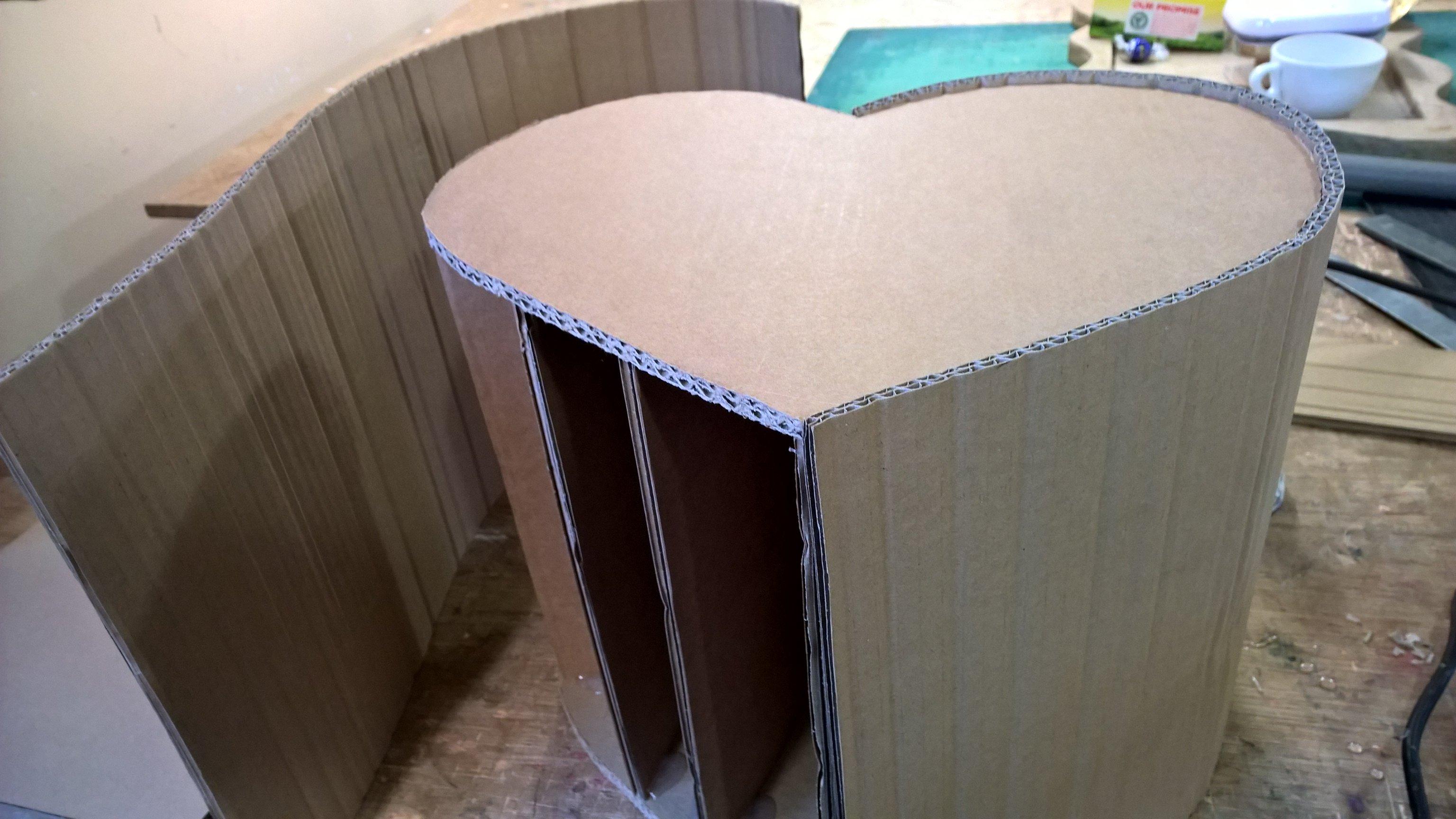 tutoriel diy pouf en carton en forme de coeur pour les grands et les petits. Black Bedroom Furniture Sets. Home Design Ideas
