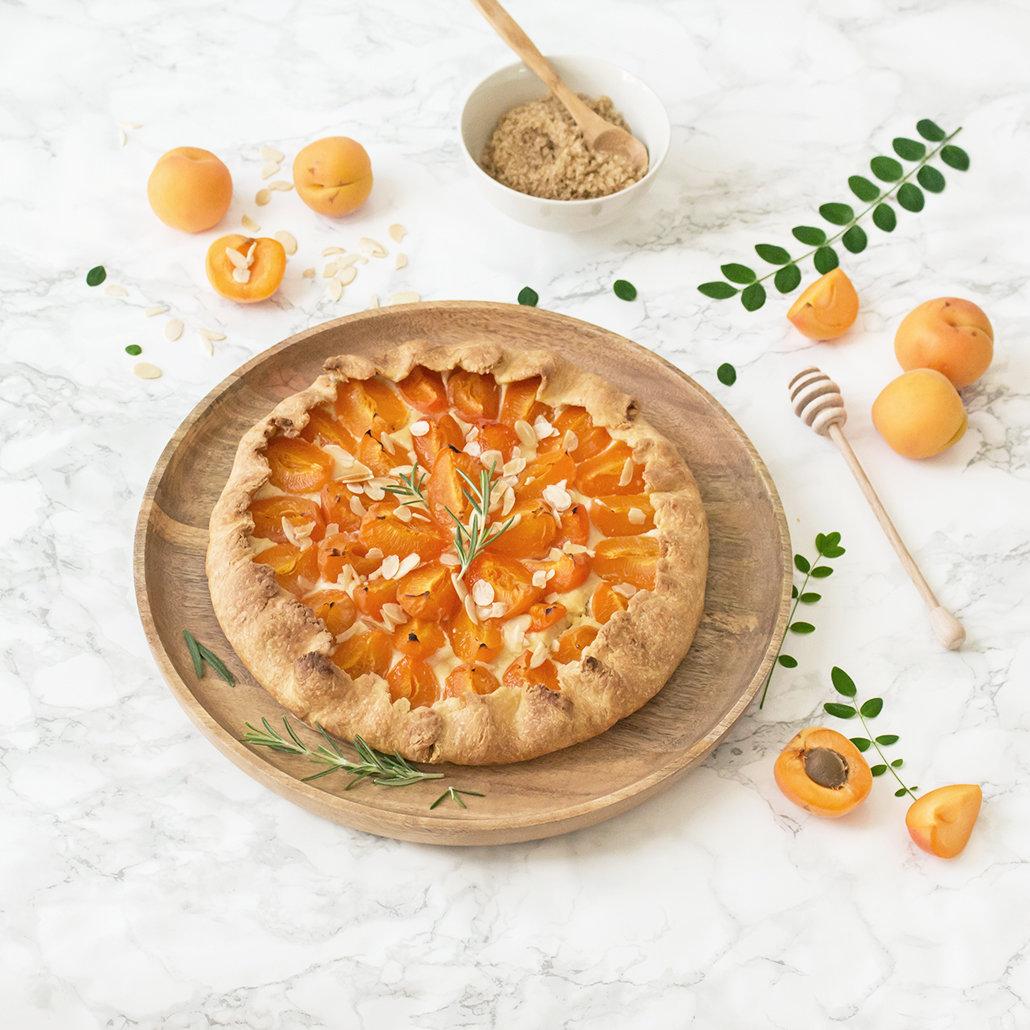 Tarte rustique abricot miel romarin   leanna earle