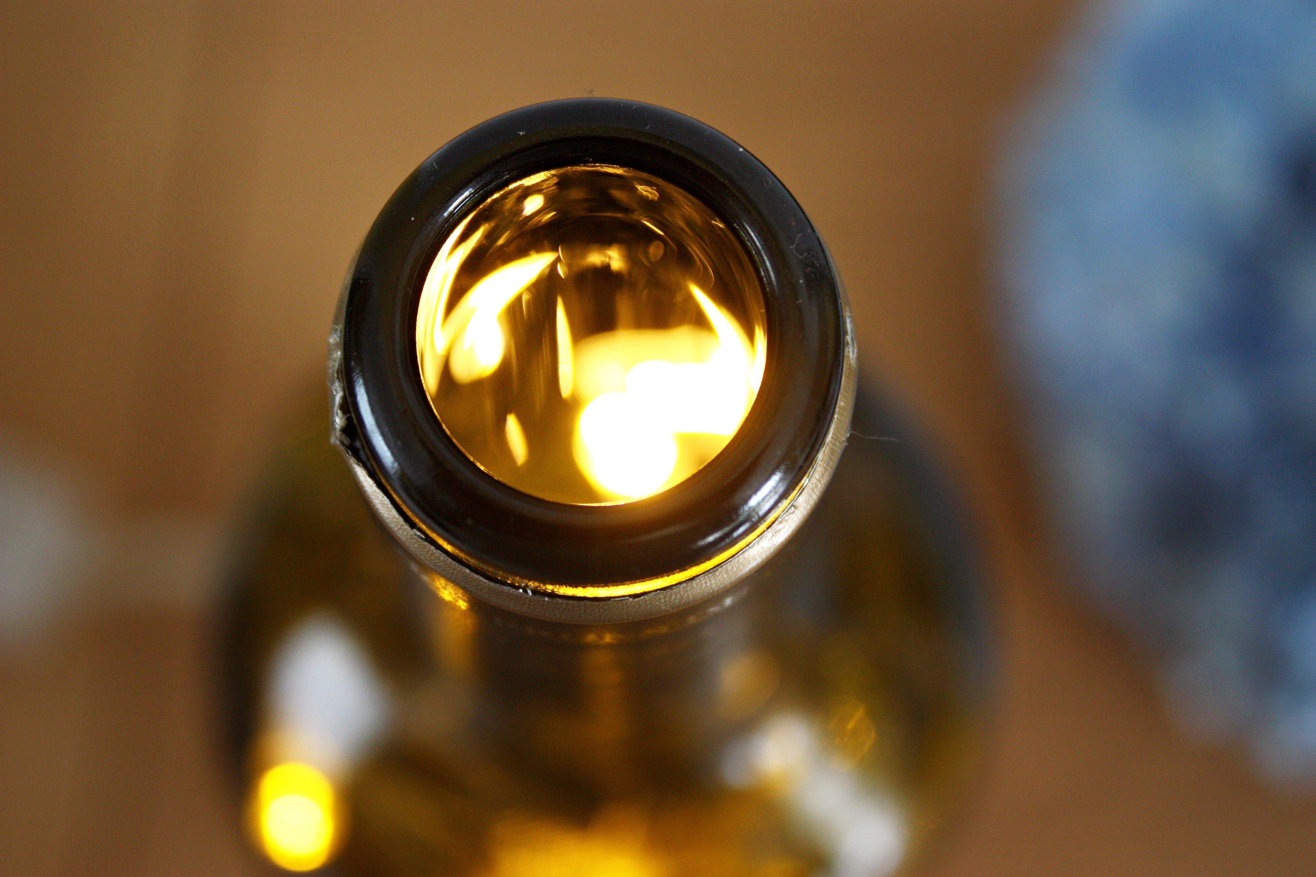 tutoriel diy une lampe d appoint avec une bouteille de vin. Black Bedroom Furniture Sets. Home Design Ideas