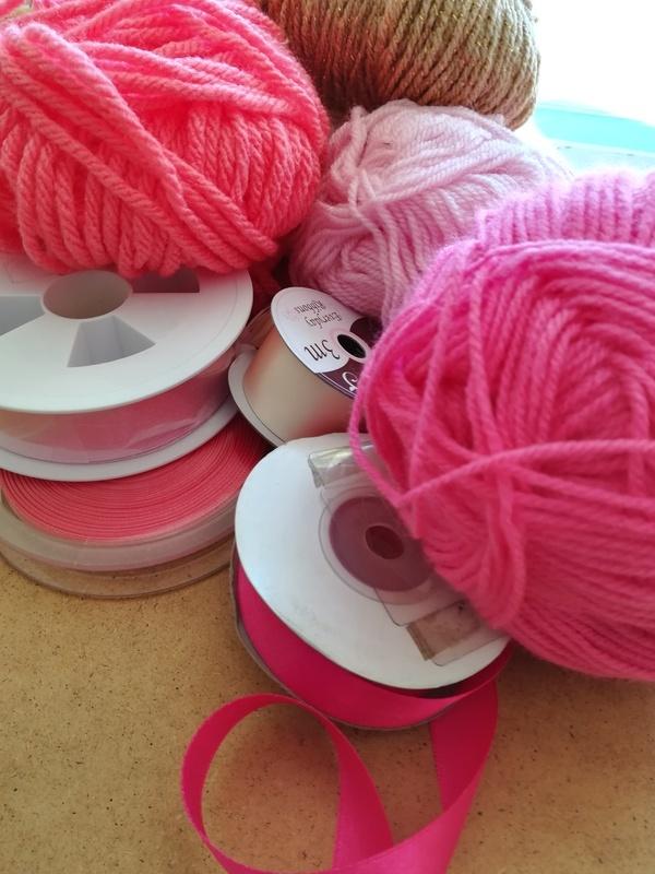Choisir laine et ruban rose