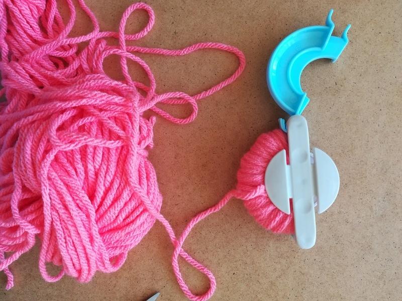 Fabriquer un pompon machine %c3%a0 pompon enrouler laine
