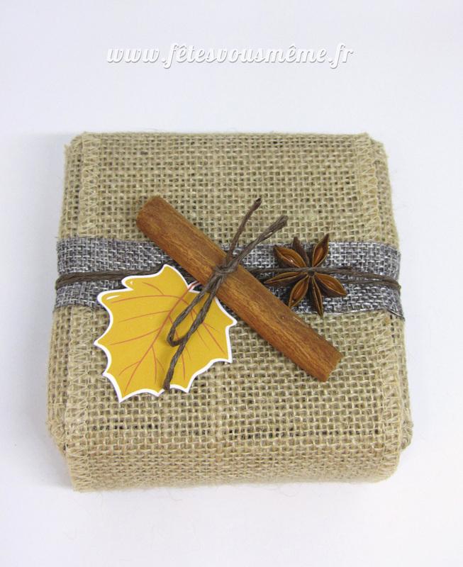 Paquet cadeau cannelle   etiquette feuiile