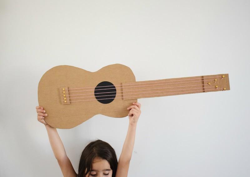 Guitare en carton jeu  36