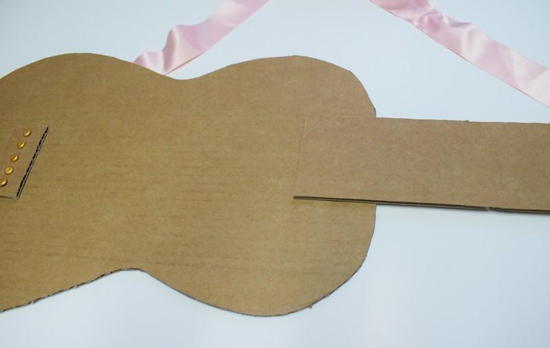 Guitare en carton jeu  27