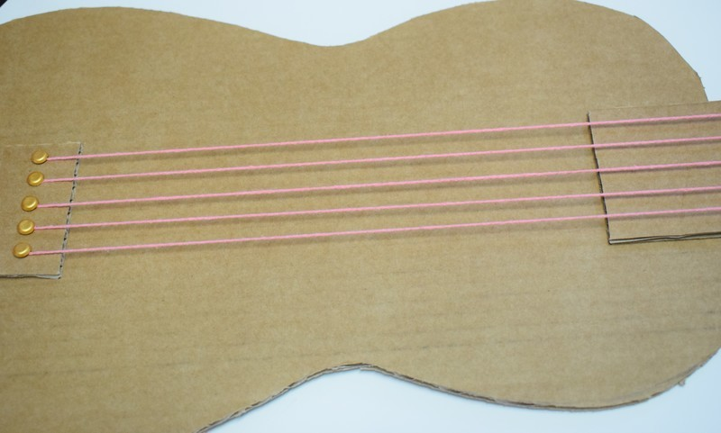 Guitare en carton jeu  30