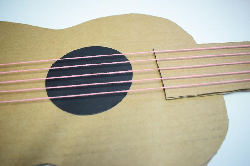 Guitare en carton jeu  31