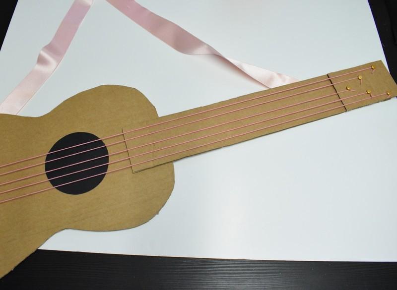 Guitare en carton jeu  32