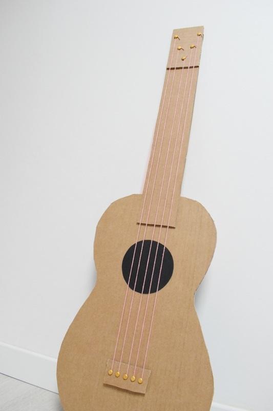 Guitare en carton jeu  40