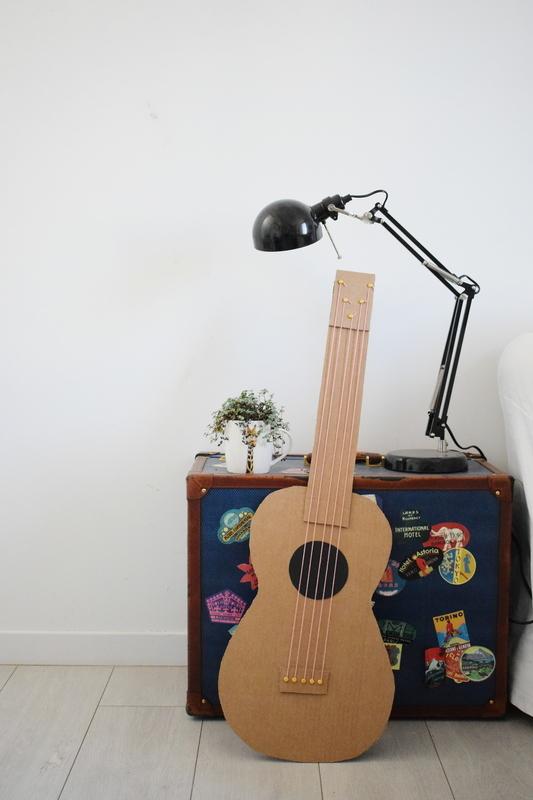 Guitare en carton jeu  39
