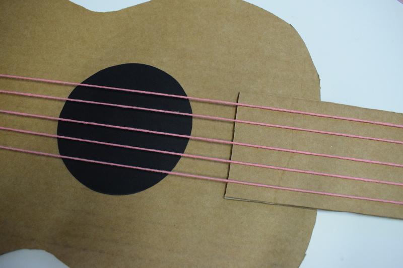 Guitare en carton jeu  33