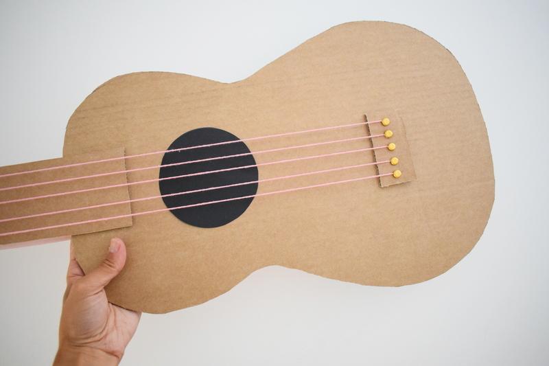 Guitare en carton jeu  35